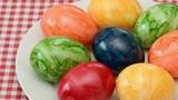 Bunte Eier auf Teller