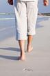 barfuß spazieren im sand am strand im urlaub