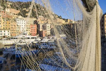 Il porto di Camogli attraverso una rete da pesca
