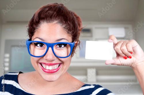Jeune femme montrant une carte de crédit en blanc