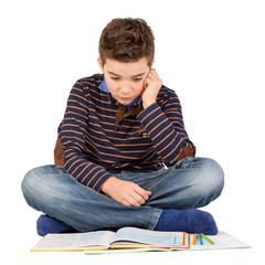 Junge / Schüler liest konzentriert ein Buch