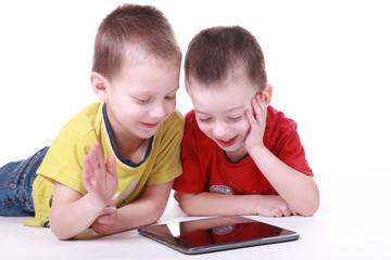 Kinder mit Tablet-PC