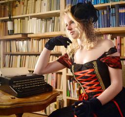 Frau mit Schreibmaschine und Zigarette