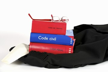 codes justice sur robe avocat