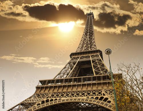 Paryż, 27 listopada: Wieża Eiffla, widok od dołu.