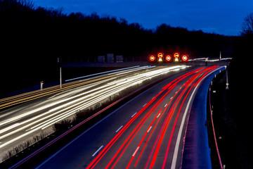 Nachtaufnahme - Autos auf Autobahn