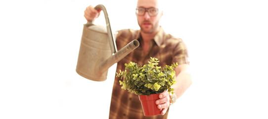 Mann bei Gartenarbeit