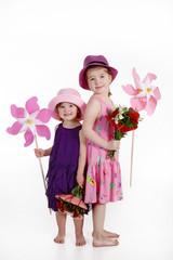 Süße Kinder mit Blumen Strauß Freude am Valentinstag