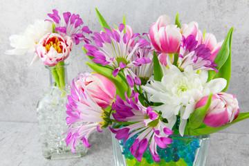 Zarte Blüten in Glasvasen