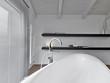 dettaglio della vasca di un bagno moderno nel sottotetto
