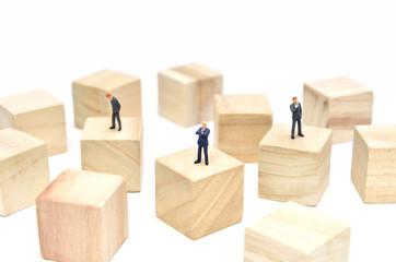 立方体の木材とビジネスマン