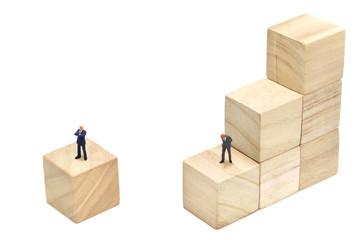 積木の階段とビジネスマン