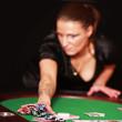 sexy Frau spielt Poker