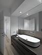 bagno moderno con parquet e grande specchio