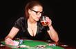 junge Pokerspielerin