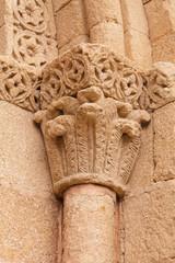 capitel de una columna de granito