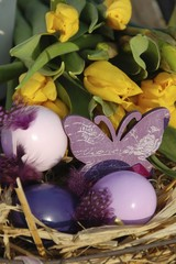 gelbe Tulpen und Osternest