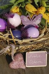 Osterkorb und Blumen