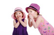 Mädchen flüstert ins Ohr, Kind lacht süß