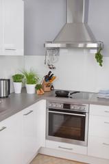 Moderne Küche in weiß mit Edelstahl
