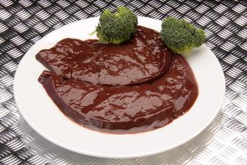Rohe Rinderleber mit Broccoli