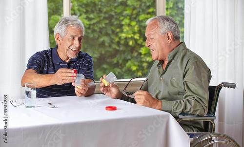 Senioren nehmen Medikamente im Pflegeheim