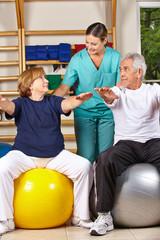 Senioren beim Rückentraining