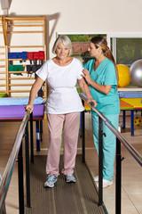 Seniorin auf Laufband bei Physiotherapie