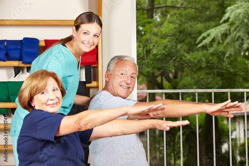 Physiotherapeutin mit Senioren beim Rückensport
