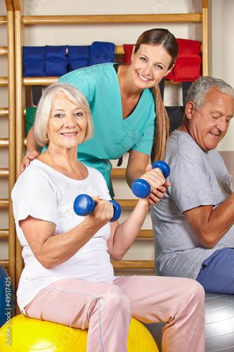 Lachende Seniorin beim Rückentraining