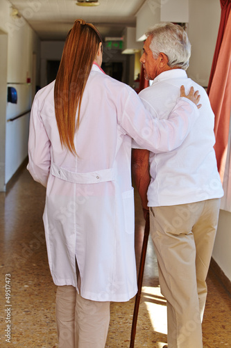 Krankenschwester hilft Senior im Pflegeheim