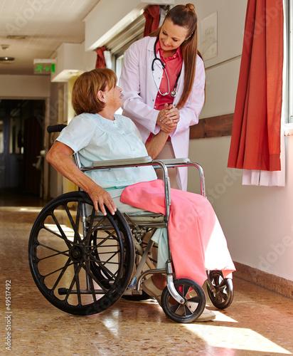 Krankenschwester hält Hand einer Seniorin
