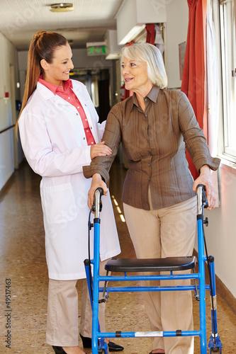 Krankenschwester redet mit Seniorin