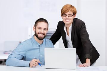 motivierte junge kollegen arbeiten am laptop