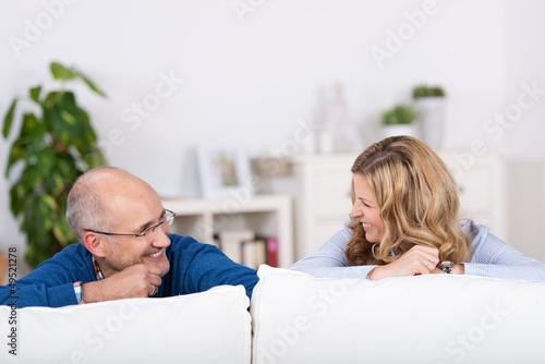 lachendes paar auf dem sofa