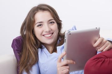 chica joven con una tableta