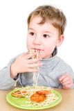 Kleinkind isst Spaghetti