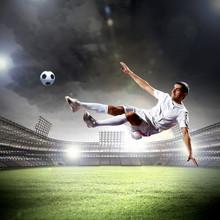 joueur de football frapper la balle