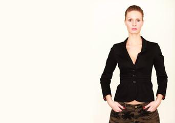 junge Frau trägt einen Blazer