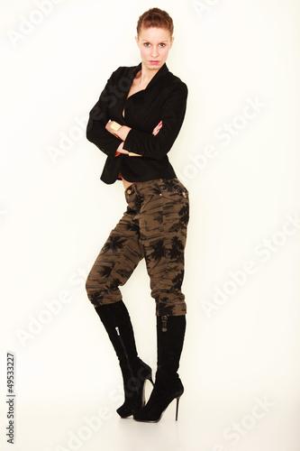 junge Frau präsentiert Mode