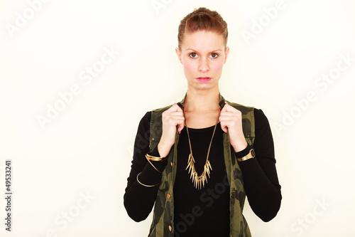 junge Frau trägt Schmuck