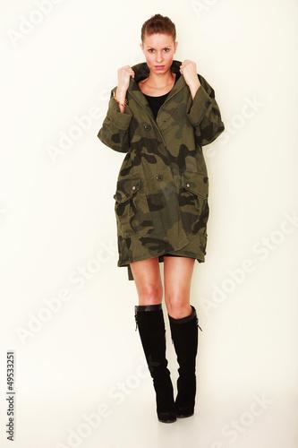 junge Frau trägt Parka