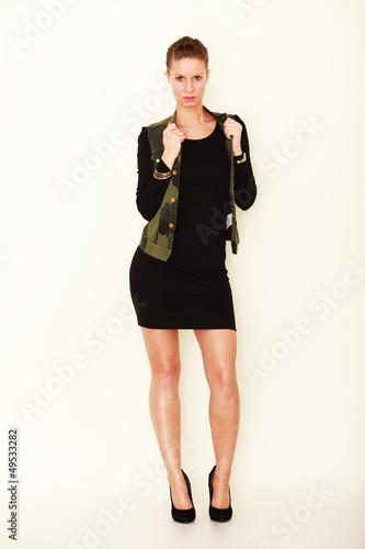 junge Frau trägt Kleid