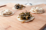 Round canapes with seaweed