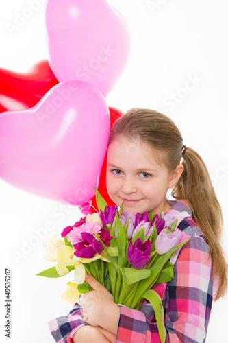 kind mit luftballons und blumen