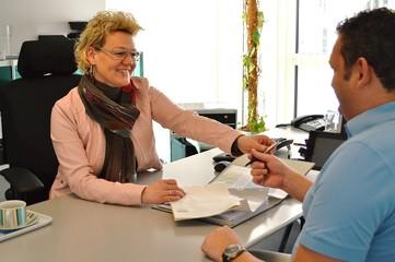Geschaeftsfrau mit Kunden