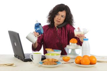 femme débordée au petit-déjeuner