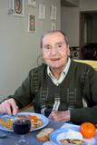 Homme au restaurant de sa maison de retraite (90s)