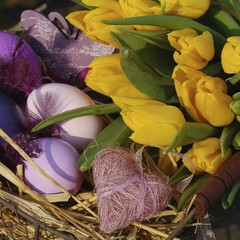 Osterdekoration mit Blumen