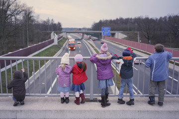 Kinder auf einer Brücke